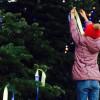 Українці прикрасили російську ялинку в Парижі синьо-жовтими стрічками