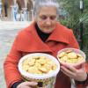 Господині з Греції печуть великодні смаколики військовим