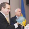Сенатори МакКейн та Кірк: Україну не захистити одними пайками і взуттям (Відео)