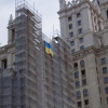 У центрі Москві на багатоповерхівці вивісили великий прапор України