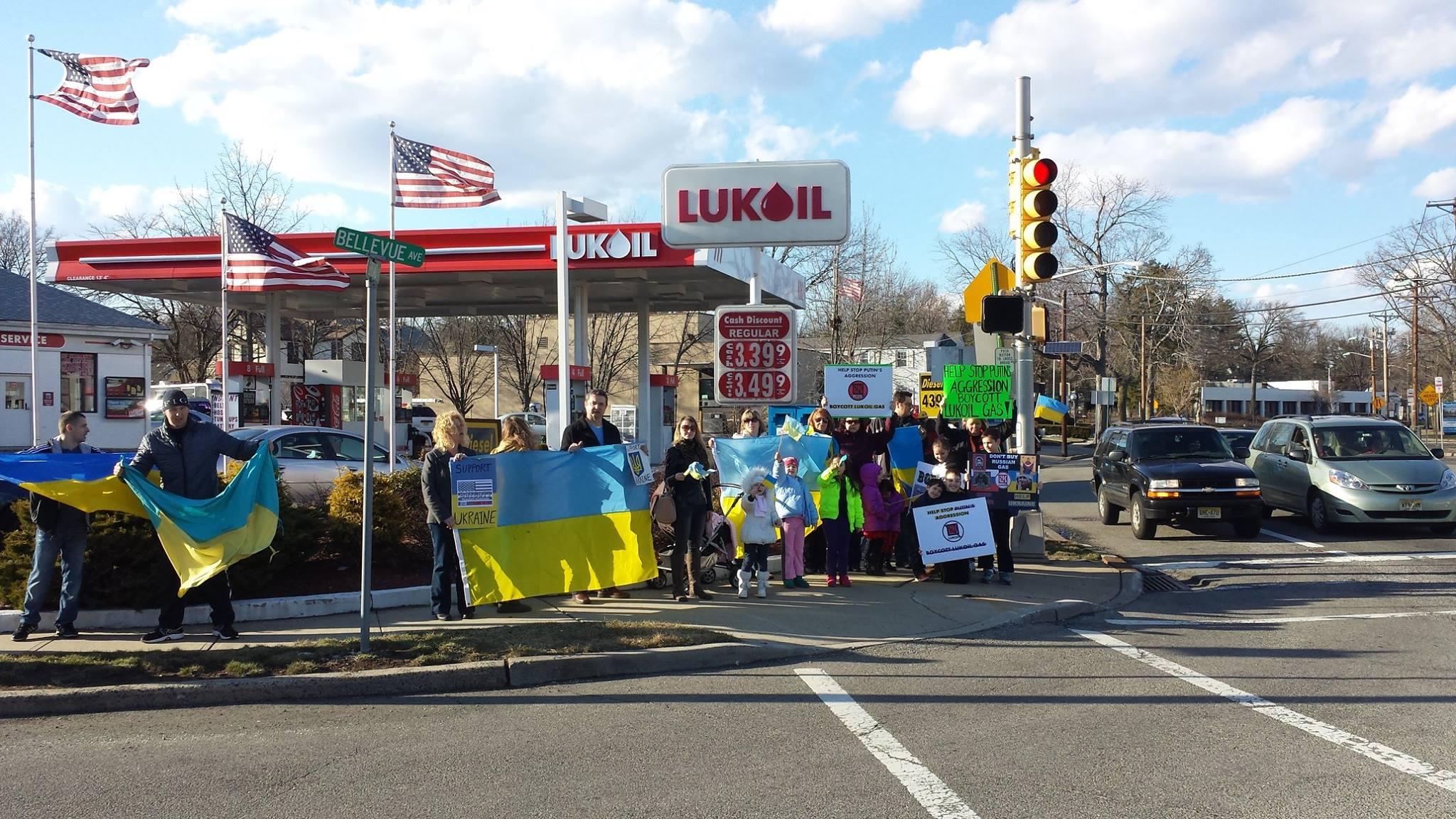 """Украинцы в разных штатах США устроили бойкот АЗС """"Лукойл ...: http://glavnoe.ua/news/n169776"""