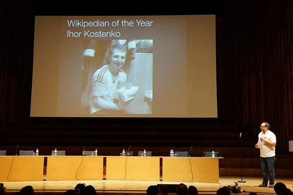 Джиммі Вейлз оголошує Ігоря Костенка| вікіпедистом року на церемонії закриття Вікіманії-2014 у Лондоні. Фото: NickK (Вікісховище)