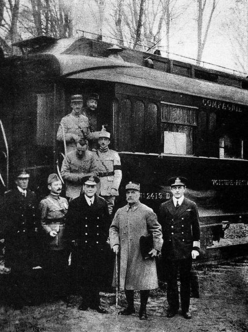Фотографія зроблена після досягнення угоди про перемир'я, яке закінчило Першу світову війну це власний вагон Фердинанда Фоша в лісі Комп'єні. Джерело - Вікіпедія