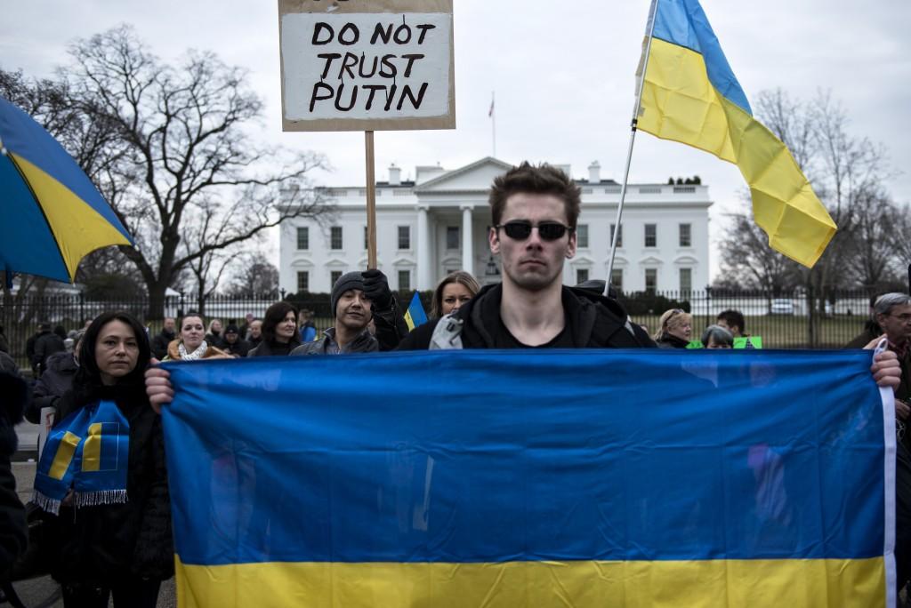 Микита на акції протесту біля Білого Дому. Фото: Brendan Smialowski/AFP/Getty Images