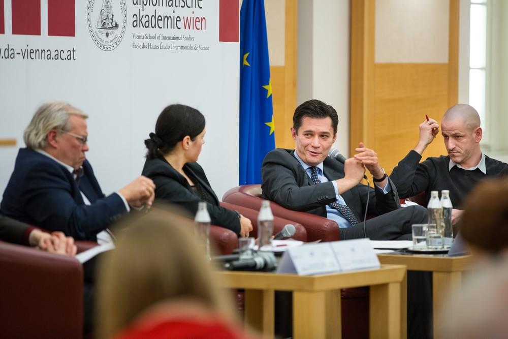 Дискусія в Дипломатичній Академії, Відень Посол України в Австрії Олександр Щерба  Фото: Європейська Україна