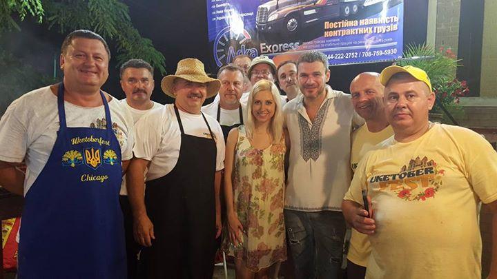 Виконавці разом із волонтерами. Фото з Facebook Oleg Pavlyuk