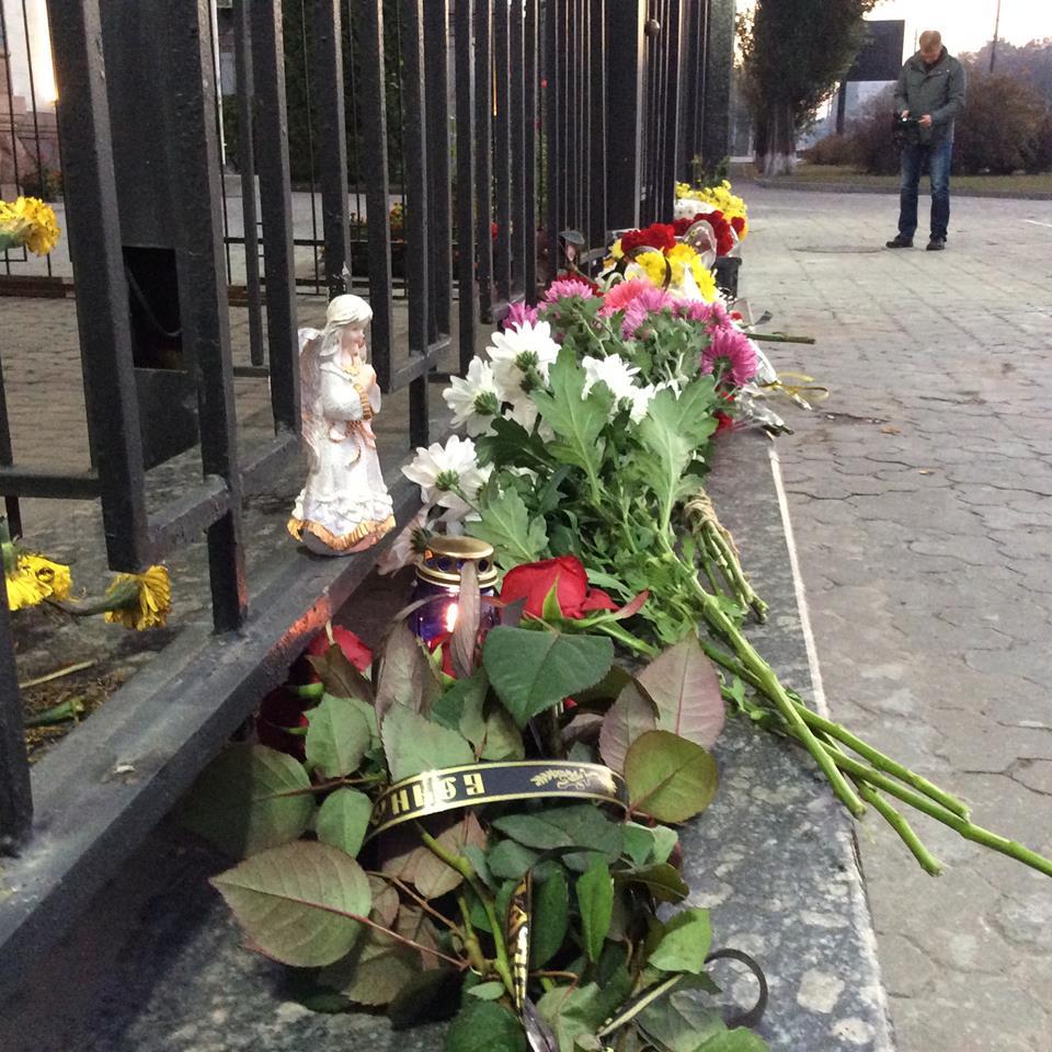 Українці несуть квіти і свічки допосольстваРФ уКиєві