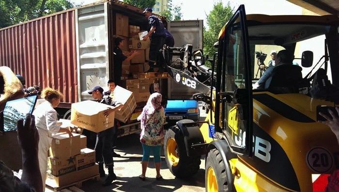Розвантаження другого контейнера на території Лікарні Мечнікова (Дніпропетровськ) у серпні 2015