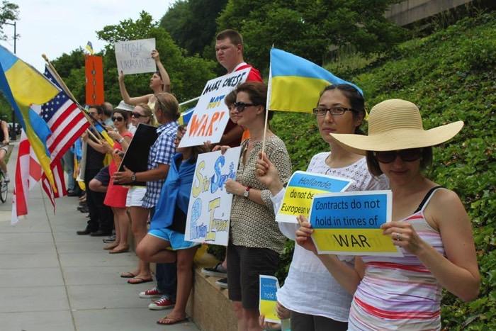 Протестна акція під Посольством Франції в США щодо продажу Містралів Росії